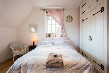 Double bedroom with shower en suite - Bed & Breakfast