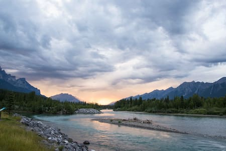 Bright, quiet space close to river and downtown - Canmore