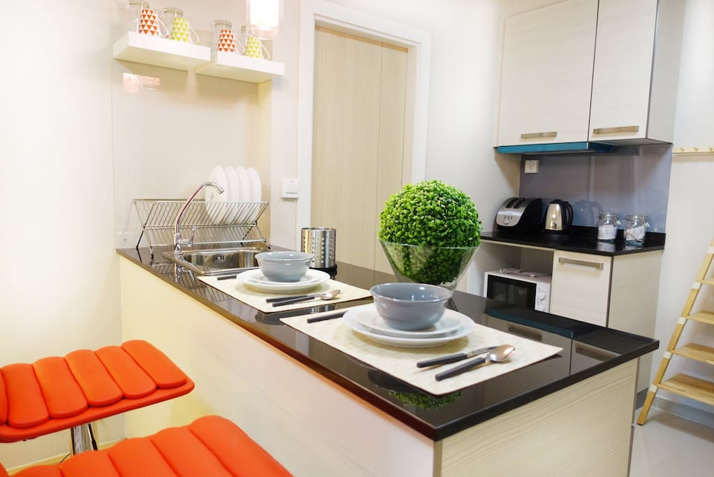Dinning counter and kitchen.