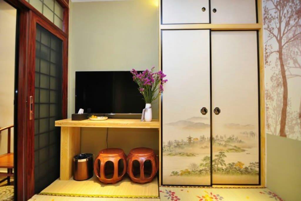 精致榻榻米房卧室内衣柜,书桌,电视