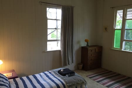 Private room in spacious sharehouse - House