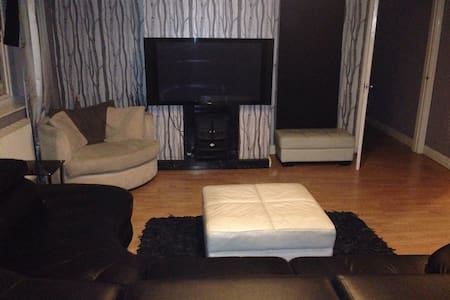Double Room with WIFI and Sky TV - Apartment