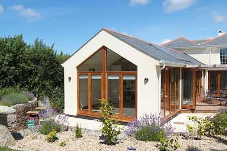 Kernow  Atelier is a spacious garden apartment - Tredrizzick