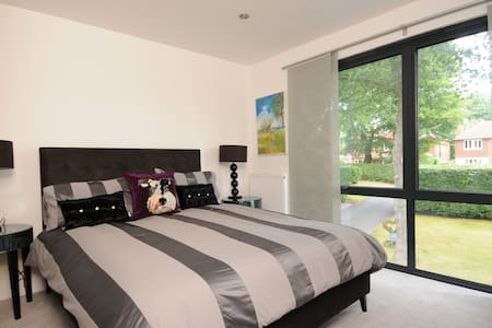 Fine Room contemporary home in Woodham. M25 J11/10 - Rumah