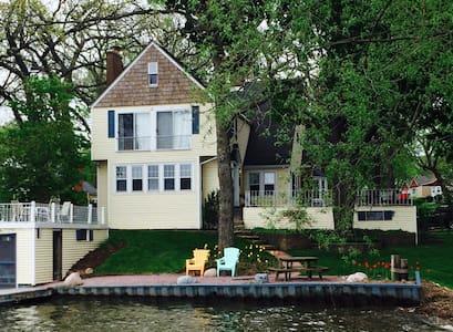 Beautiful Classic Lake House - Wonder Lake