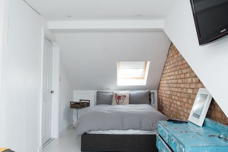 Lovely entire floor with en-suite close to London - Elstree - House