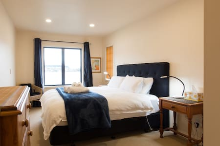 Lakeside King Bed in Homestay - Stunning views! - Apartment