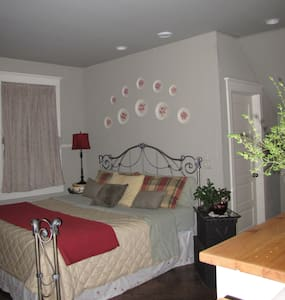 Columbiana Inn Bed & Breakfast - Bed & Breakfast