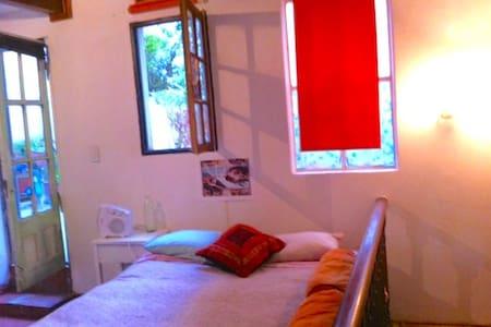 """Bella habitación terraza cerca del Subte """"Acoyte"""" - Casa"""