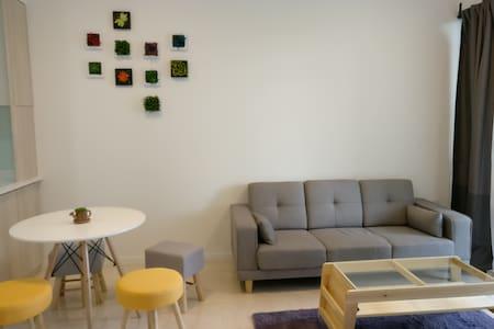 New Bright Modern Apt with nearby amenities - Huoneisto