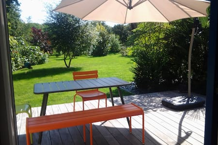 self-contained flat in large garden - Hus