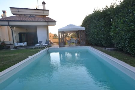 Bright villa with private pool close to Rome - Villa