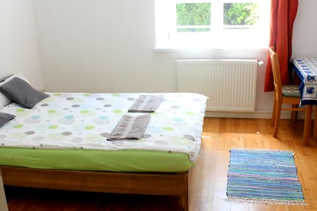 Large quiet room, 10min walk central train station - Daire