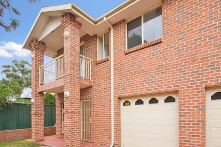 One private room in a townhouse - Blacktown - Rumah