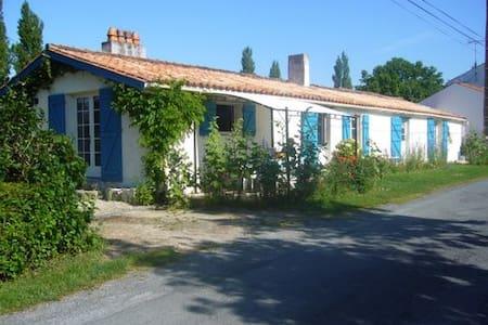 Maison Marais de poitevin en bord de sèvre - Dům