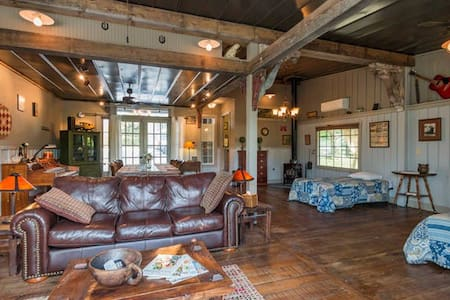The Guesthouse & Loft at Gratidude Ranch - Flat