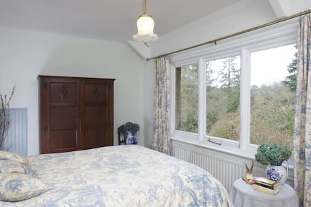 Lovely room in beautiful, secluded, period house. - Casa