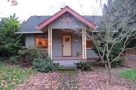 Urban Cottage in a peaceful neighborhood - Milwaukie - Talo