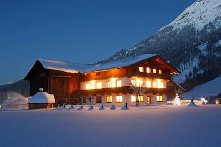"""Alpine Suite Tirol"" im Berghof, DAS Ferienhaus - Appartement"