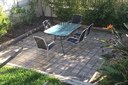 Lovely room w desk + patio space, 7 kms from CBD - Coorparoo - House