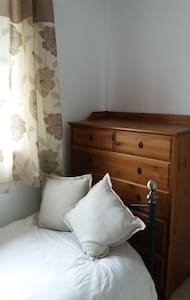 Close to Gatwick Airport and Three Bridges Station - Crawley - House