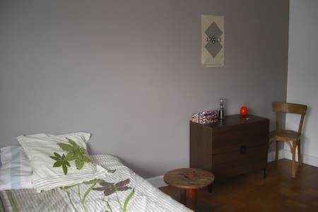 Chambre calme avec balcon proche centre ville - Apartament