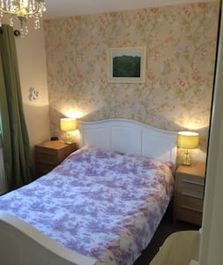 A large cosy modern classic double room in Yeovil. - Yeovil - Bed & Breakfast