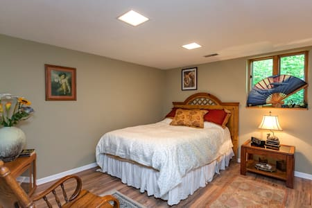 Very comfortable & quiet room in a beautiful home. - Casa