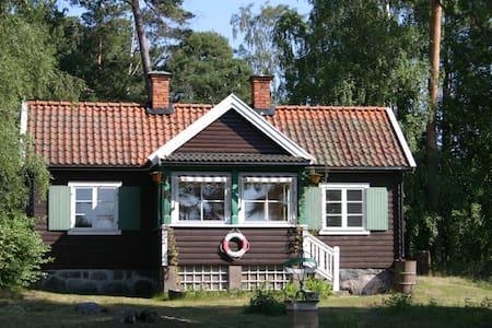 Hus vid havet i Stockholms skärgård - House