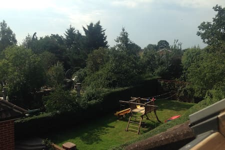 Cosy but spacious loft room - Cookham - House