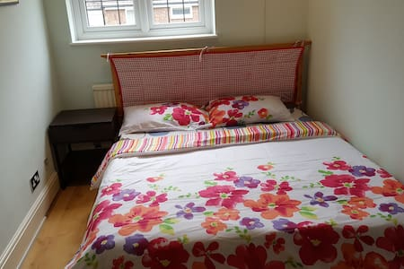 Double bedroom at peaceful location - Downswood - House