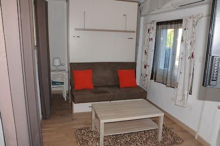 Petite maison indépendante avec terrasse - Casa