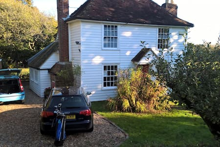 Cosy 17th century Kentish family cottage with land - Woodchurch - House