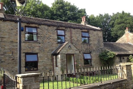 Historic, rural retreat centre. - Mirfield - Casa