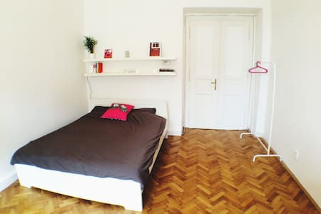 Beautiful room in the coolest part of Prague - Wohnung