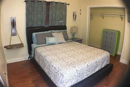 Memory Foam Queen Bed w/rustic furniture - Lauderdale Lakes - Haus