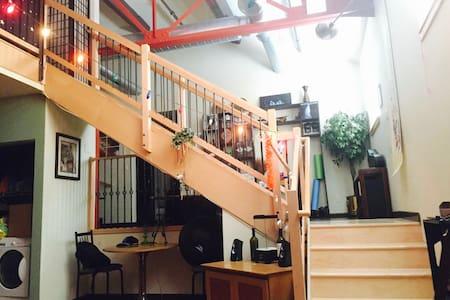 Modern & Artistic Loft Condo on Neil St! - Loft-asunto