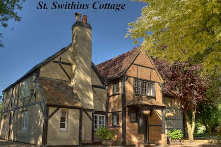 Huge Cottage ideal for a Sophisticated Hen Party - Hurst - Bed & Breakfast