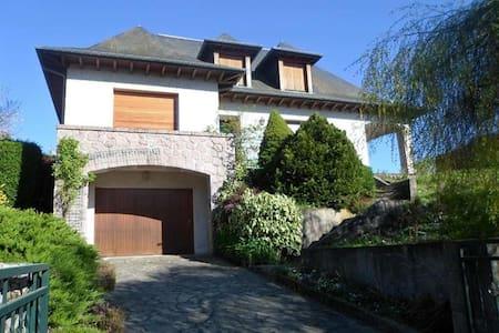 belle maison sur les hauteurs d'Ussel - Ev