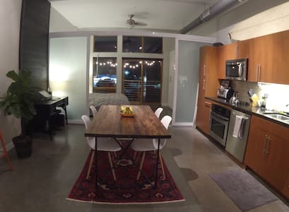 Modern East 6th Street Loft - Walk to everything! - Podkroví