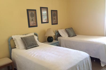 Yellow Twin Room in Victorian Home - simple stay - Bridgewater - Bed & Breakfast