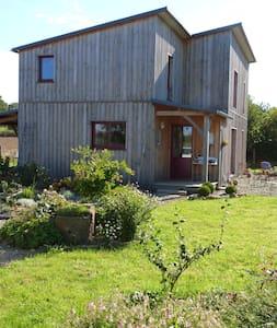 maison en bois dans un jardin - House