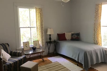 Cozy Apartment Inside Historic Bungalow - Hillsborough - House