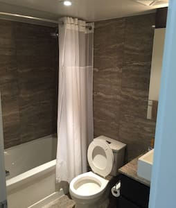 Private room with bath in waterfront condo - Toronto - Apartment