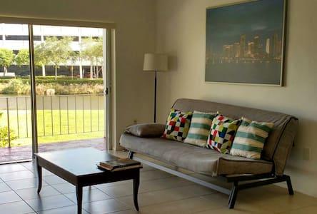 Entire Spacious Miami Apartment / Near Mall, Metro - Miami - Lakás