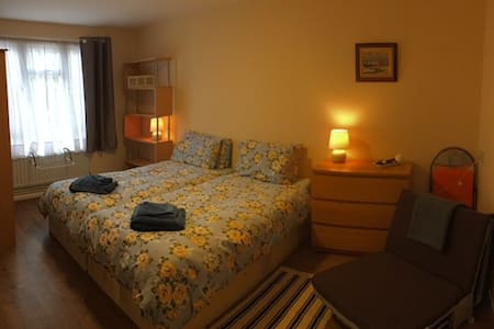 Cozy double bedroom in a House Excell/East London - Londen