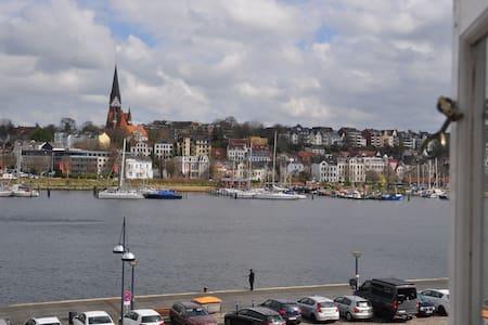 Hafenblick vom Kapitänshaus, 1. OG - Pis