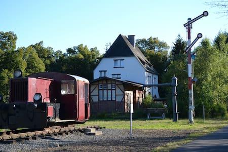 Urlaub im ehem. Bahnhof Schalkenmehren (bis 8P) - Apartamento