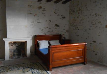 Spacious private room in Loire valley house - Saint-Aubin-de-Luigné - Huis