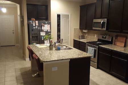 Comfy New Home w/ Private Bed/Bath - New Braunfels - Casa